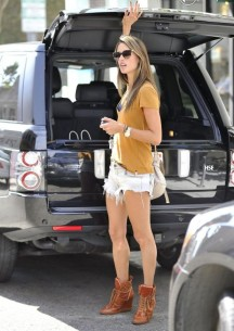 953382-alessandra-ambrosio-gets-some-shopping-620x0-2