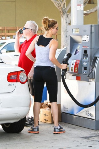 0022-Jennifer_Lawrence_in_Spandex_and_Ass_Shot_While_Going_to_the_Gym_in_Santa_Monica_-_August_14_2012_15