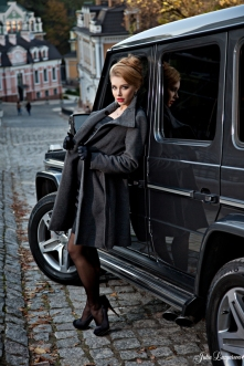 b409c-mercedes_g55_amg_with_girl_2