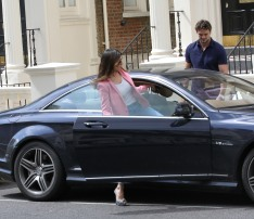 0001-Kelly-Brook-out-and-about-candids-in-London-012