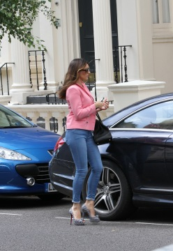 0008-Kelly-Brook-out-and-about-candids-in-London-005