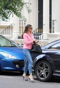 0009-Kelly-Brook-out-and-about-candids-in-London-004