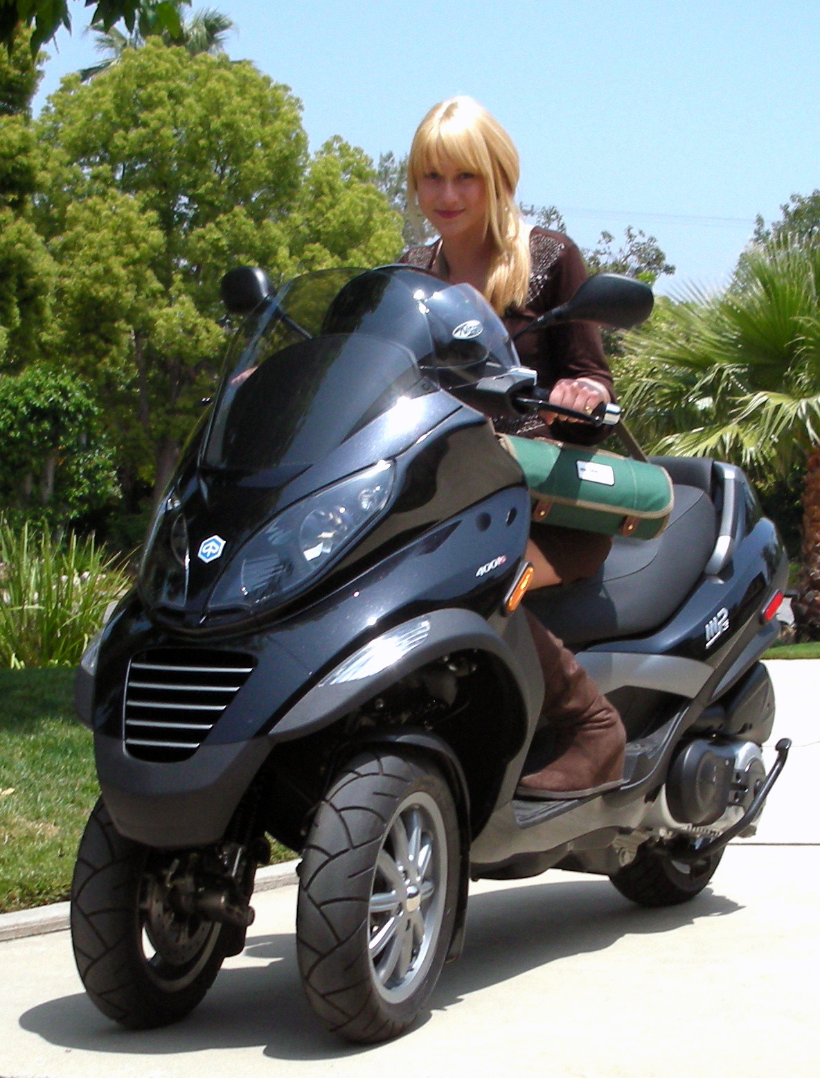 piaggio mp3 ridingirls. Black Bedroom Furniture Sets. Home Design Ideas